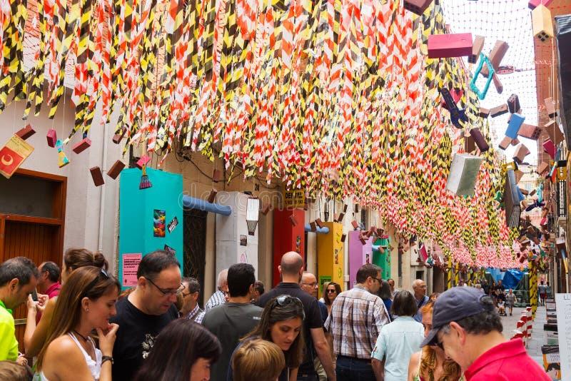 Dekorerade gator av det Gracia området Tema av konstruktion royaltyfri fotografi