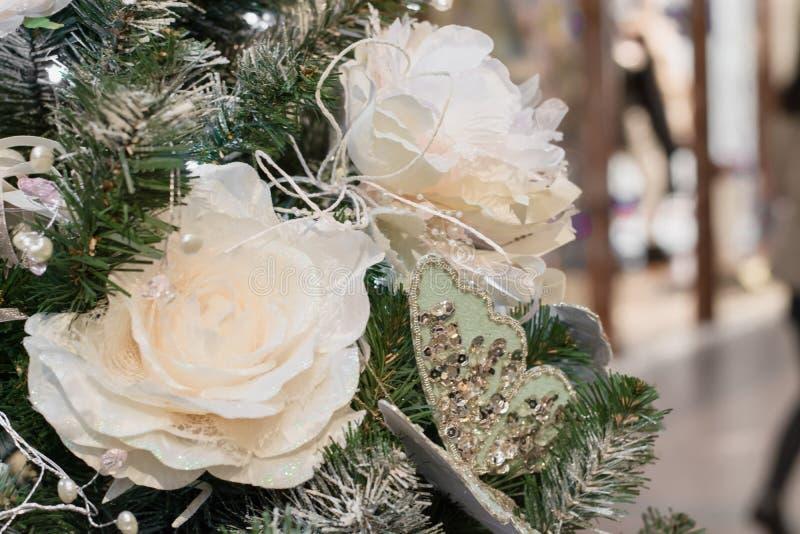 Dekorerade julgranblommor och ljus med kopieringsutrymme på bokehbakgrund i inre close upp xmas arkivbild