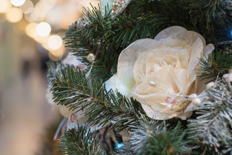 Dekorerade julgranblommor och ljus med kopieringsutrymme på bokehbakgrund i inre close upp xmas royaltyfria bilder