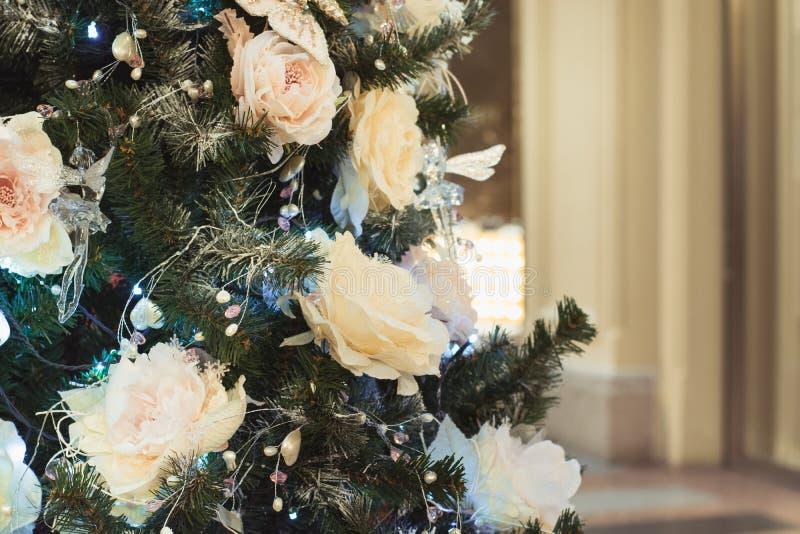 Dekorerade julgranblommor och ljus med kopieringsutrymme på suddig bokehbakgrund i inre close upp xmas arkivbilder