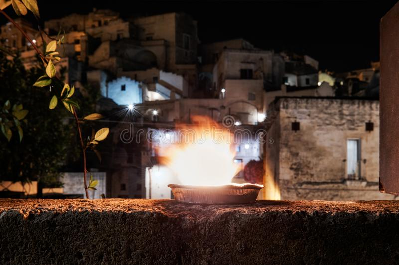 Dekorerade krukor med brand i den antika staden Matera fotografering för bildbyråer