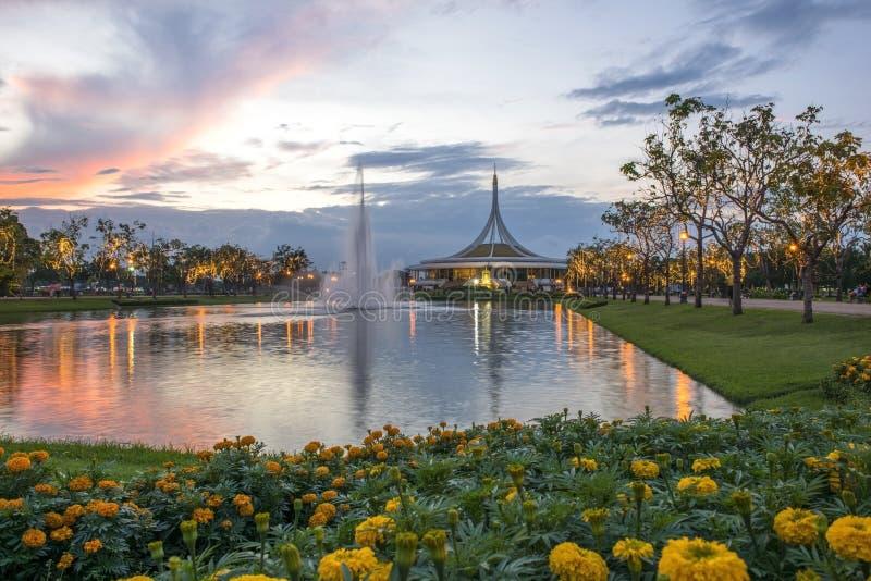 Dekorerade ljus på viktig dag i Suanluang Rama IX parkerar, Bangkok, Thailand Med suddighetsförgrund royaltyfria bilder