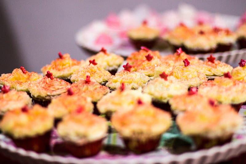 dekorerade muffiner arkivfoton