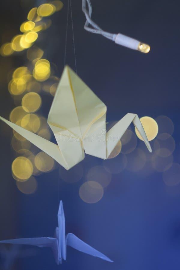 Dekorerade origamikranar på xmas-bakgrund arkivbilder