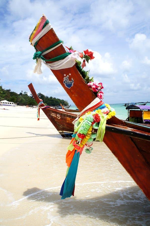 Dekorerade thailändska fartyg på stranden fotografering för bildbyråer