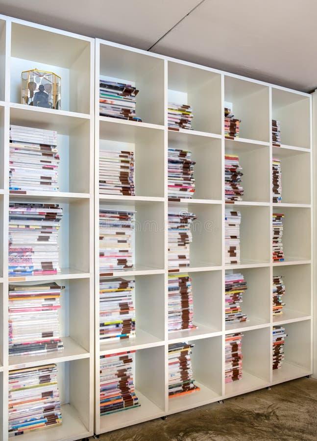 Dekorerar vitt härligt för bokhylla royaltyfria foton