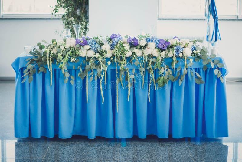dekorerat bröllop för tabell för rose för fokuspärlapetals grunt royaltyfri fotografi