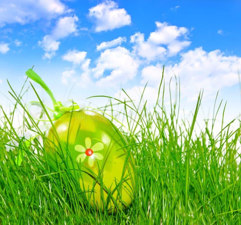 dekorerat easter ägggräs arkivbild