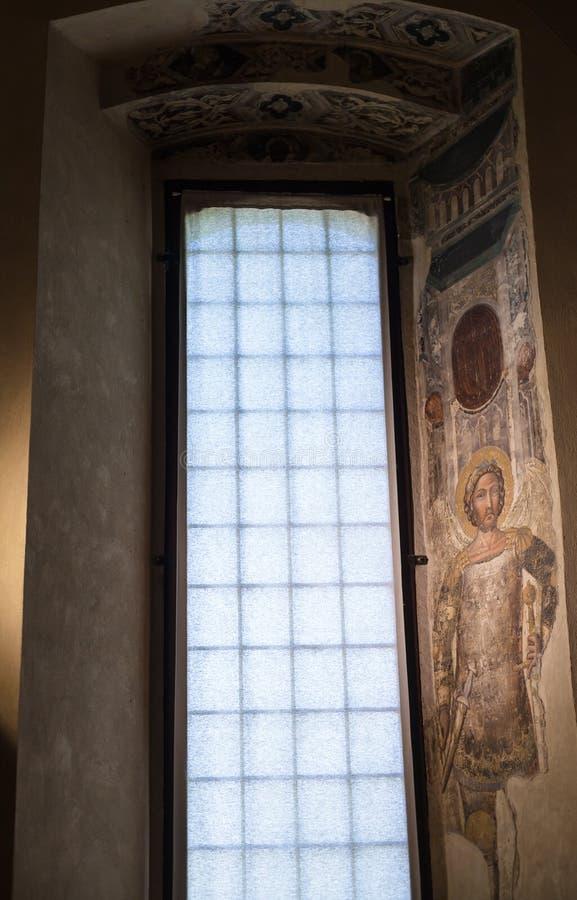 Dekorerat fönster i hertigligt slottmuseum i Mantua royaltyfri fotografi
