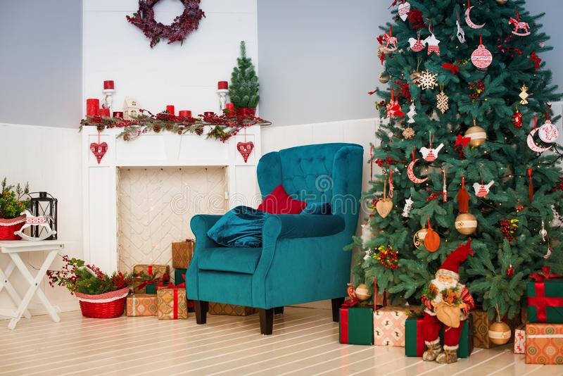 Dekorerat inre rum för jul och för nytt år med gåvor och trädet för nytt år royaltyfria foton