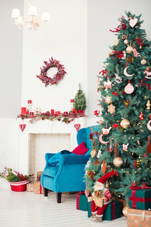 Dekorerat inre rum för jul och för nytt år med gåvor och trädet för nytt år royaltyfri foto