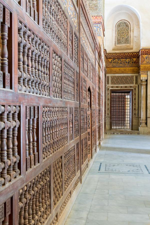 Dekorerat marmorera väggar som omger cenotafiet i mausoleet av Sultan Qalawun, den gamla Kairo, Egypten royaltyfria bilder