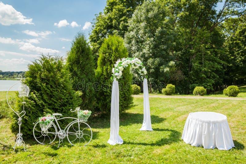 Dekorerat romantiskt bröllopställe arkivbild