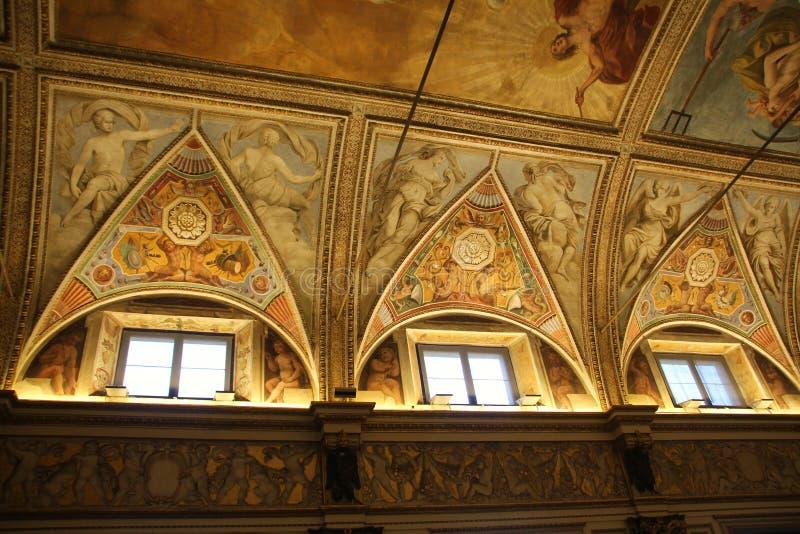 Dekorerat tak med freskomålningar av änglar i museet Palazzo Te i Mantova, Italien arkivfoton