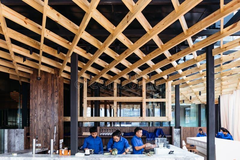 Dekorerat trätak vid björkträ Modern inredesign för det utomhus- taktaket som dekoreras över räknarestång royaltyfria foton