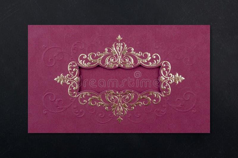 Dekorförälskelseinbjudan som gifta sig det röda kortet royaltyfria bilder