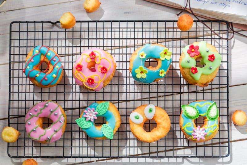 Dekorować domowej roboty donuts w pogodnej kuchni zdjęcie stock