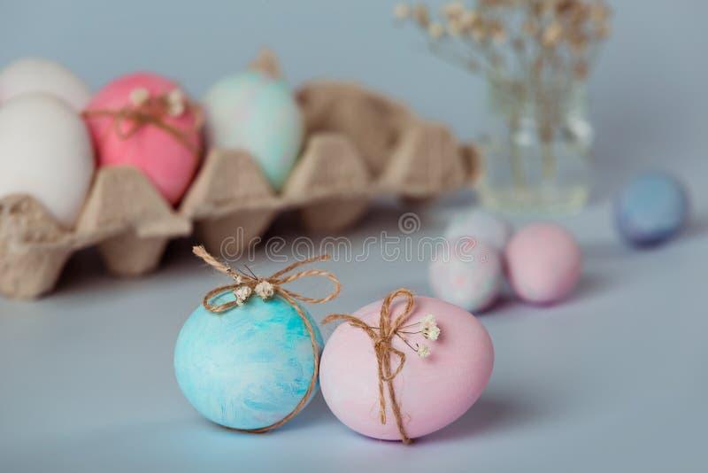Dekorować jajka Wielkanoc przychodzi wkrótce obraz royalty free