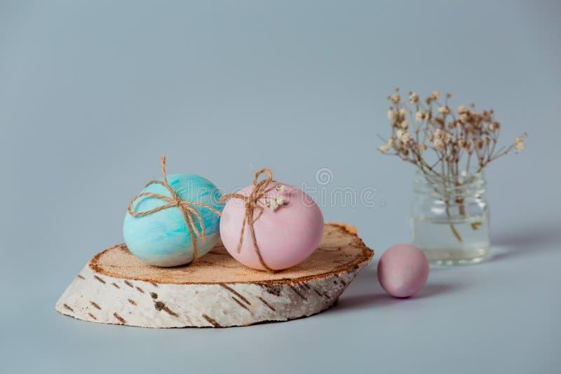 Dekorować jajka Wielkanoc przychodzi wkrótce zdjęcia stock