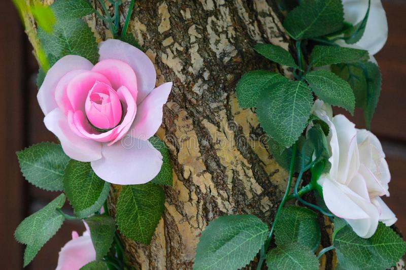 Dekorować sztuczni kwiaty z drzewnym bagażnikiem fotografia stock