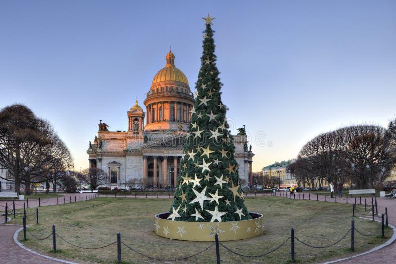 Dekorująca choinka na St Isaac kwadracie, święty Petersburg zdjęcia stock