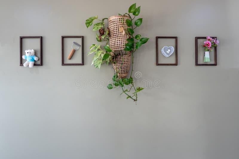 Dekorująca szarości ściana z ślicznym faszeruje w drewnianej ramy obrazku fotografia stock
