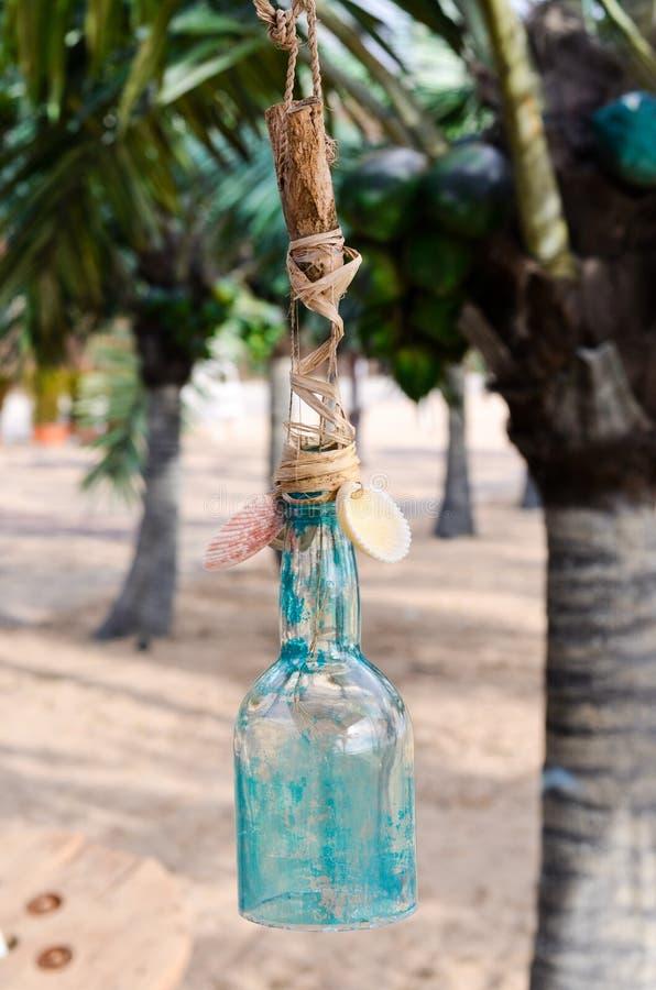 dekorująca szklana butelka na Tropikalnej plaży z drzewkami palmowymi zdjęcia royalty free