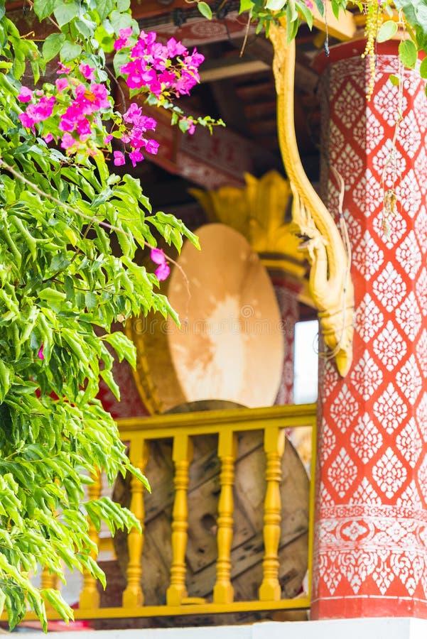 Dekorujący bęben w świątynnym Wacie Sensoukaram w Louangphabang, Laos Zakończenie pionowo fotografia royalty free
