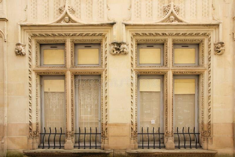 Dekorujący bliźniaczy okno Chinon Francja zdjęcie royalty free