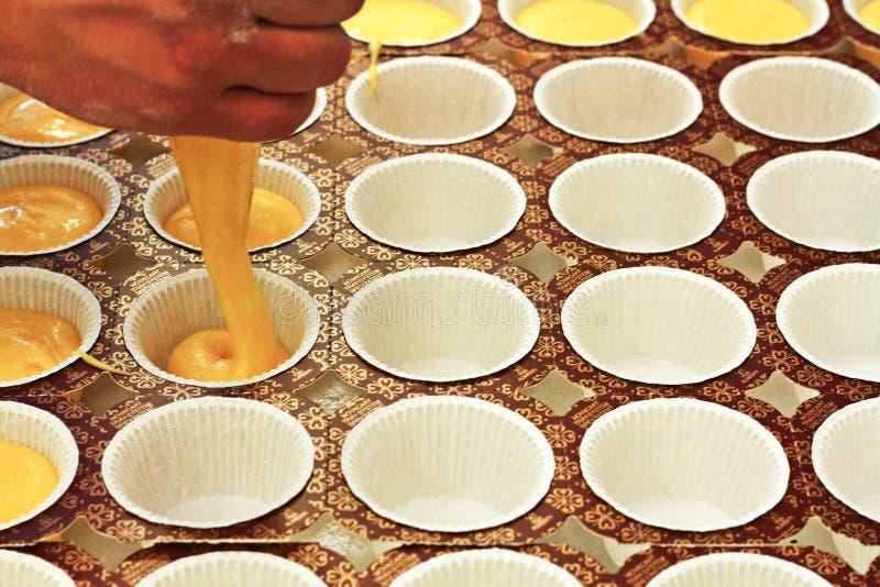 Dekorujący buttercream babeczki i piszczący obrazy stock