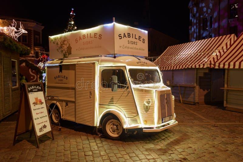 Dekorujący Citroen ładunku mini autobus w Ryskim, Latvia obrazy stock