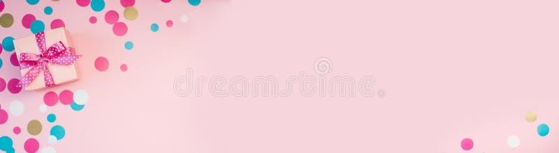 Dekorujący confetti na różowym tle i pudełka royalty ilustracja
