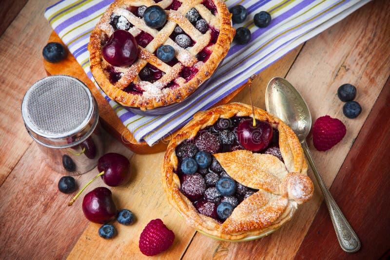Dekorujący domowej roboty shortcrust ciasta jagody kulebiaki zdjęcia royalty free