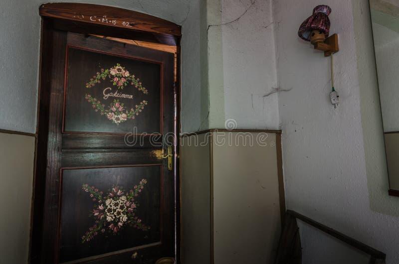 Dekorujący drzwi pensjonat obraz royalty free