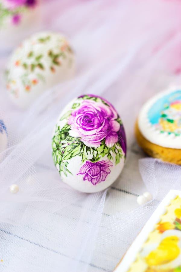 Dekorujący Easter ciastka na białym tiulowym tle i jajka; decoupage technika obraz royalty free