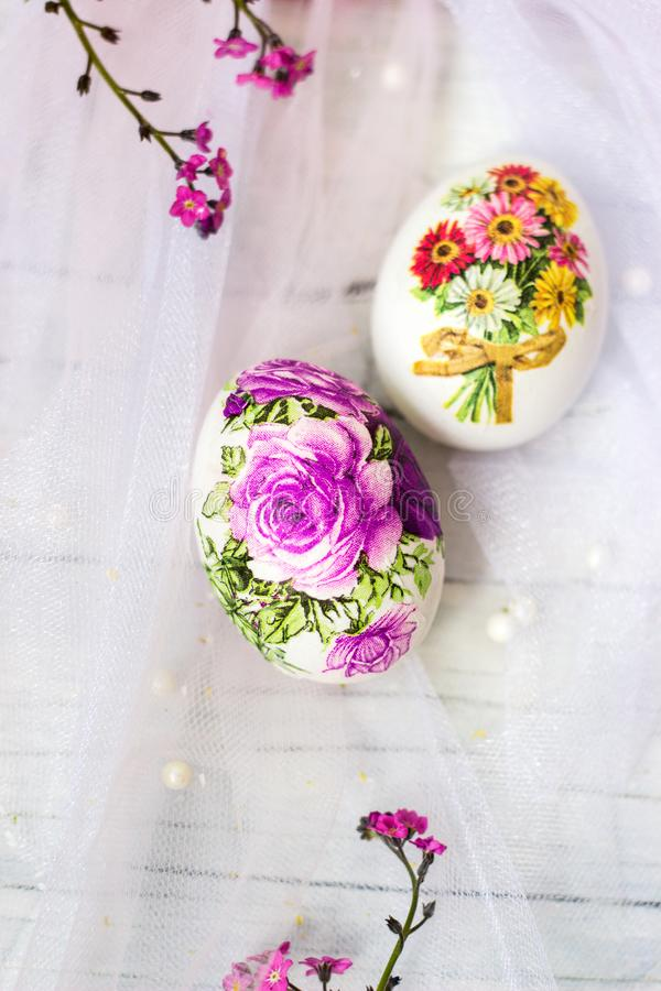 Dekorujący Easter ciastka na białym tiulowym tle i jajka; decoupage technika zdjęcie stock
