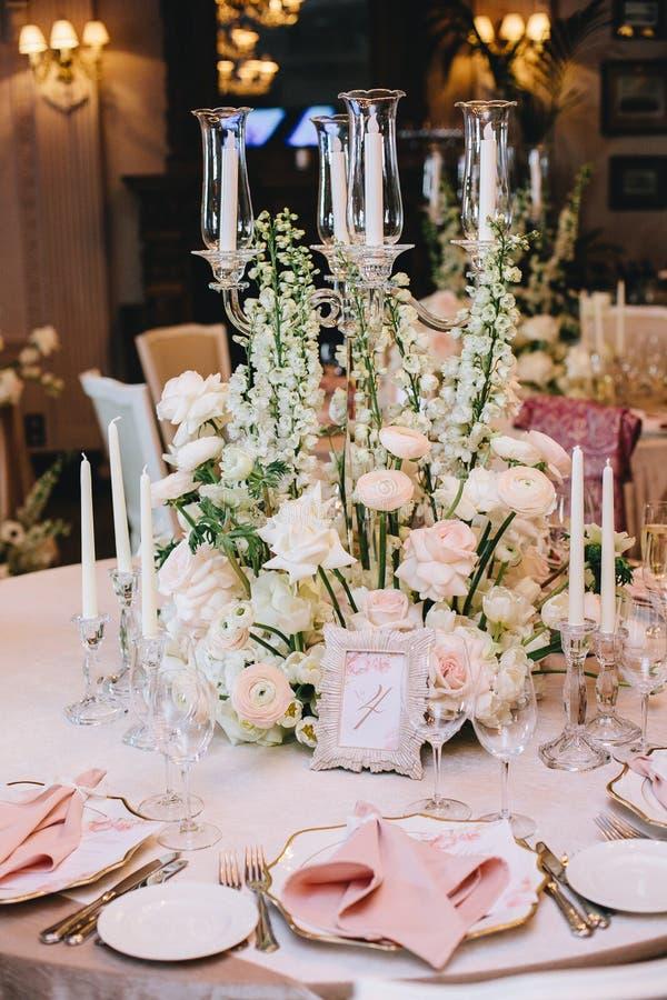 Dekorujący elegancki bankieta stół w klasyka stylu Dekorujący z bukietami biali kwiaty od róż i jaskierów obrazy stock