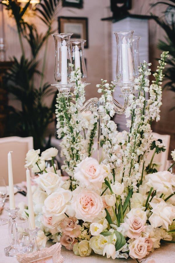 Dekorujący elegancki bankieta stół w klasyka stylu Dekorujący z bukietami biali kwiaty od róż i jaskierów fotografia stock