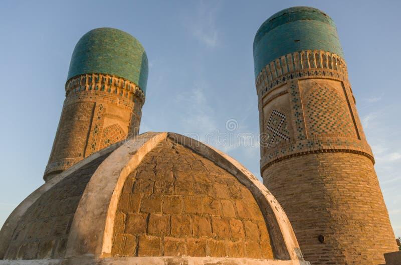 Dekorujący góruje Chor Mniejszościowy madrassa w Bukhara zdjęcie stock