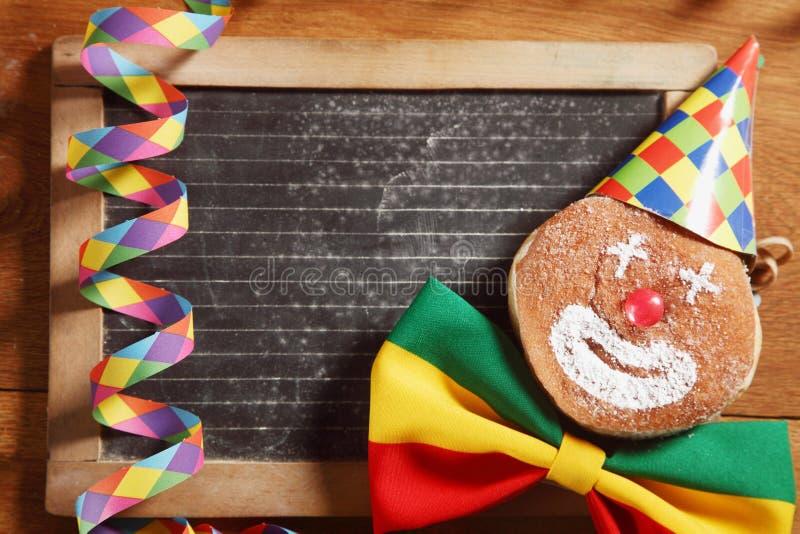 Dekorujący Karnawałowi Donuts W Frontowej czerni desce fotografia stock