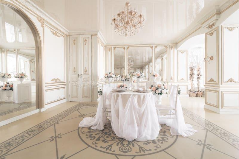 dekorujący krzesła dla świątecznego gościa restauracji i stół Luksusowy wystrój z światłem dziennym nowożytny fotograficzny studi zdjęcia royalty free