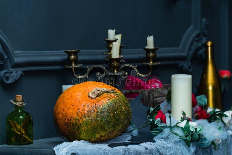 Dekorujący stołowy z Halloweenową dyniową dźwigarką i candleholder de zdjęcie stock