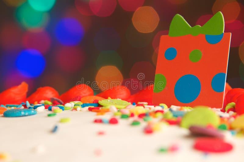 Dekorujący Urodzinowego torta tło obraz stock