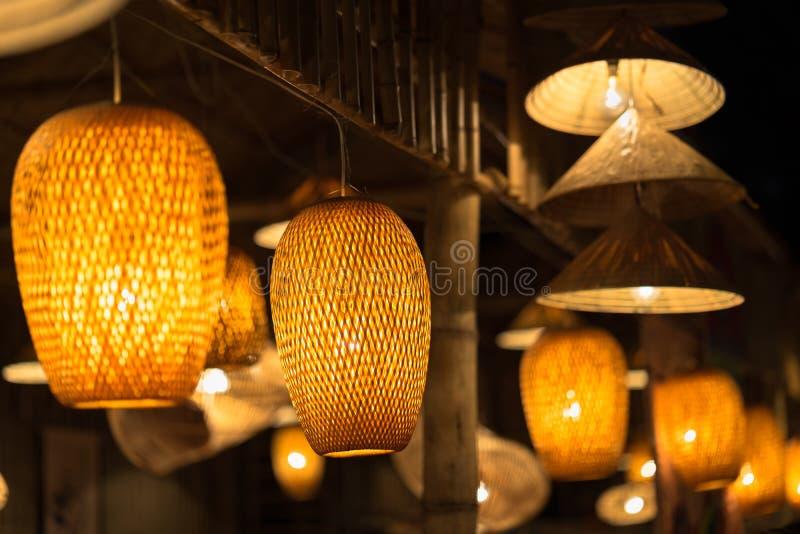 Dekorujący wiszące latarniowe lampy w drewniany łozinowym robić od bambusa zdjęcie stock
