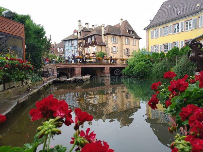 Dekorujący z kwiatów kanałami Mały Wenecja, Colmar Alsace, Francja obraz royalty free