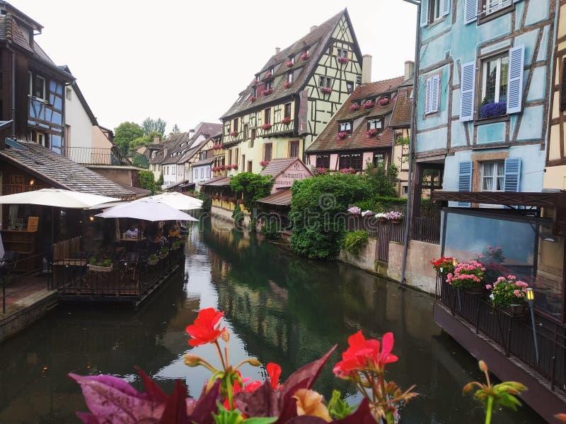 Dekorujący z kwiatów kanałami Mały Wenecja, Colmar Alsace, Francja zdjęcia royalty free