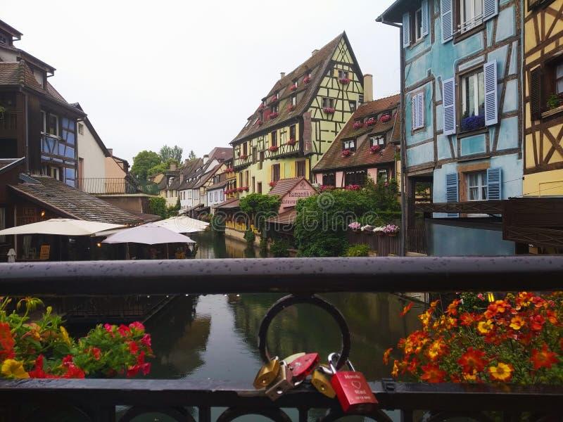 Dekorujący z kwiatów kanałami Mały Wenecja, Colmar Alsace, Francja obrazy royalty free