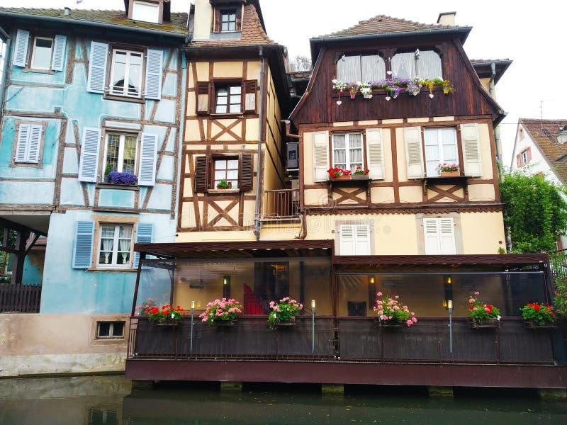 Dekorujący z kwiatów kanałami Mały Wenecja, Colmar Alsace, Francja zdjęcia stock