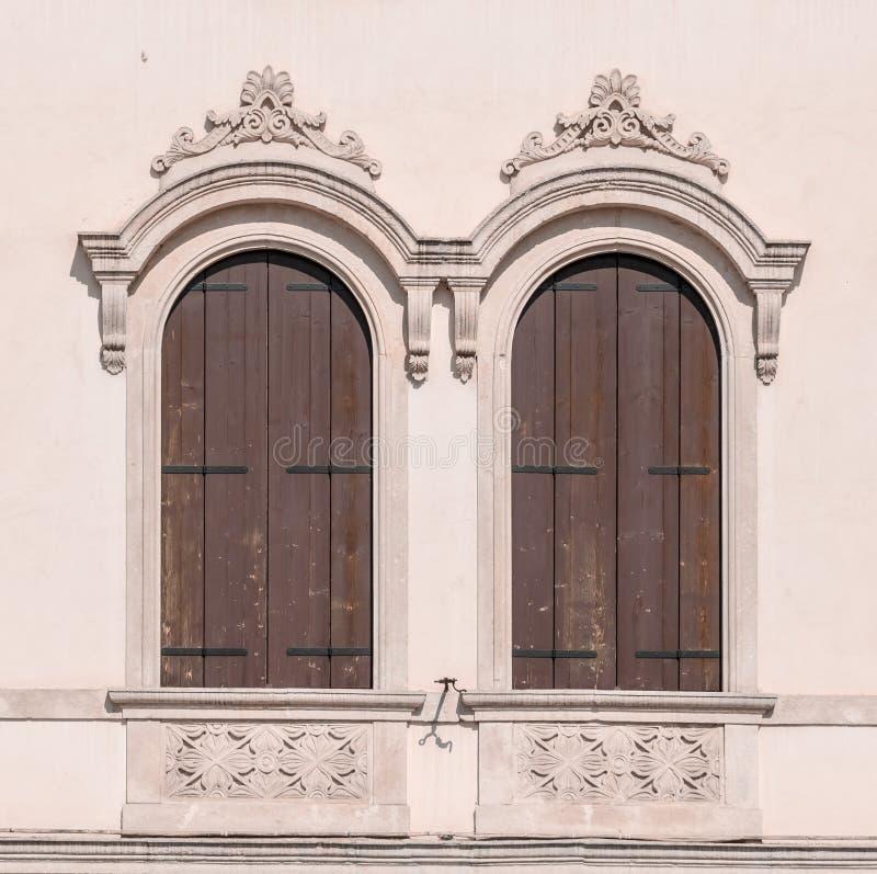 Dekoruję wysklepiał okno średniowieczny pałac fotografia royalty free
