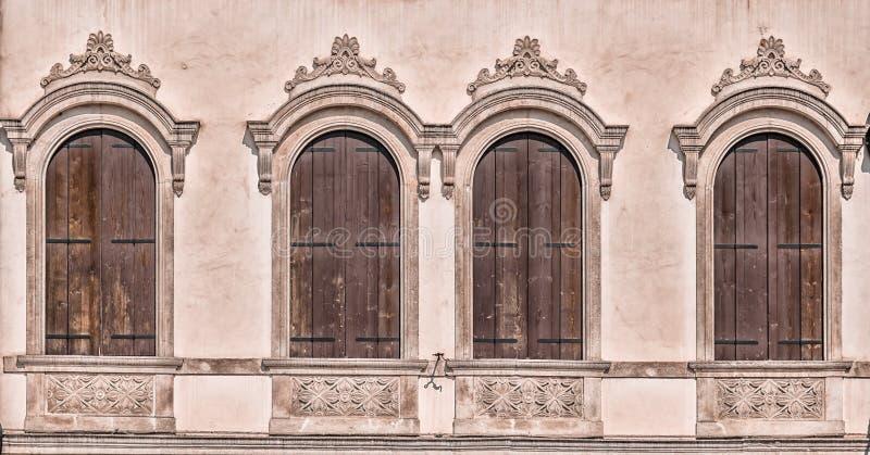 Dekoruję wysklepiał okno średniowieczny pałac obraz stock